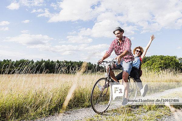 Glückliches junges Paar auf einer Fahrradtour