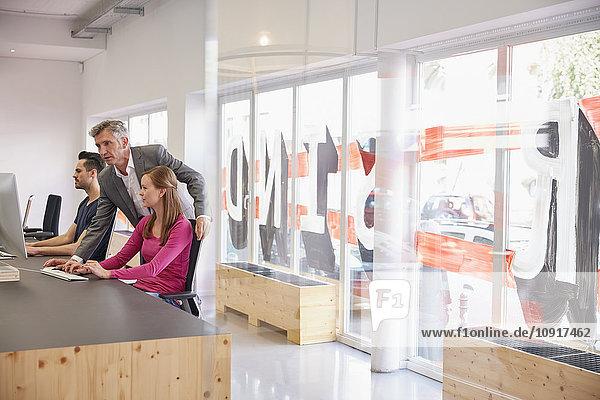 Reife Geschäftsleute helfen den Mitarbeitern