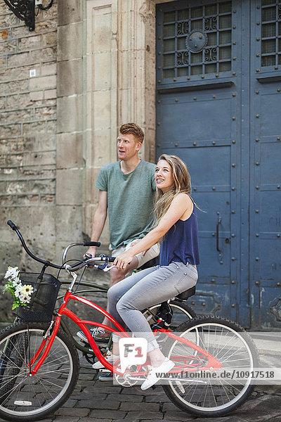 Paar mit Fahrrädern vor einer alten Kirche