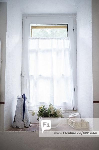Fensterbank mit Dekoration und Utensilien im Landhaus und Landhaus