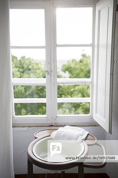 Waschtisch vor einem Fenster in einem Landhaus