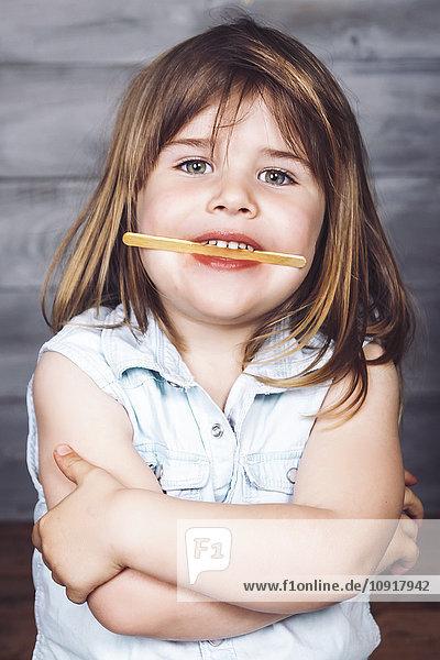 Porträt des kleinen Mädchens nach dem Essen von Eis am Stiel