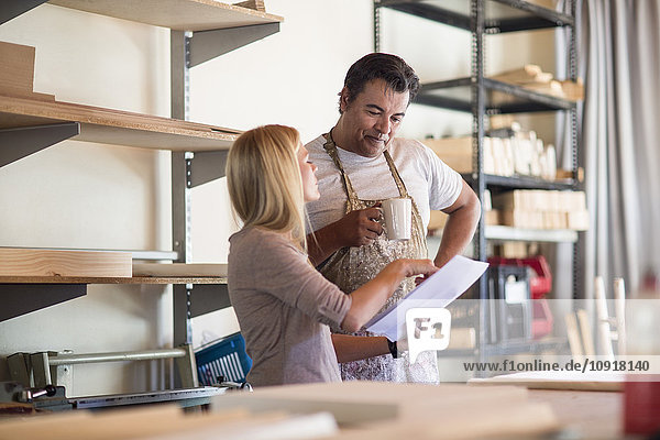 Mann und Frau besprechen Pläne im Leinwand-Workshop