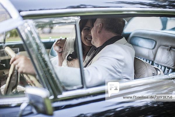 Brautpaar im Oldtimer sitzend