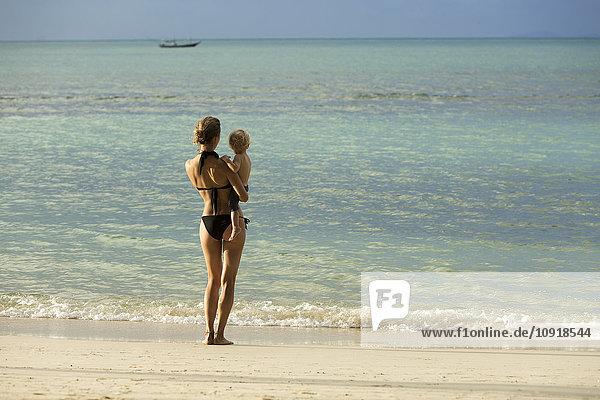 Thailand  Mutter und Sohn am Strand stehend