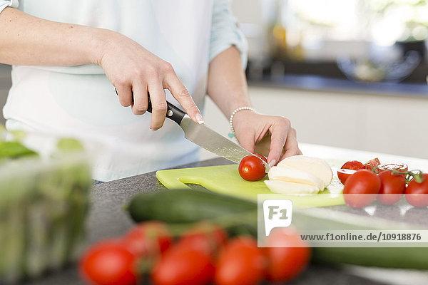 Schneiden von Tomaten in der Küche