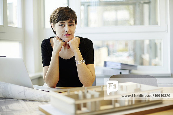 Portrait des Architekten im Büro