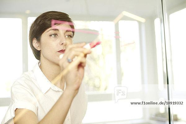 Porträt einer Frau auf Glasscheibe im Büro