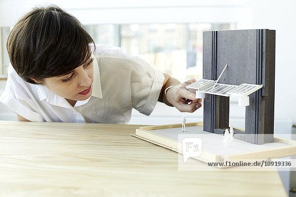 Frau prüft Architekturmodell
