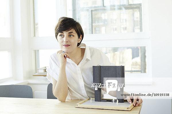 Portrait des Architekten mit Architekturmodell