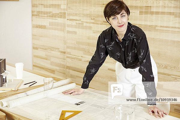 Portrait eines Architekten in einem Büro