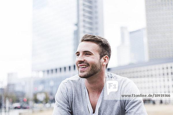 Junger Mann lacht fröhlich  Porträt