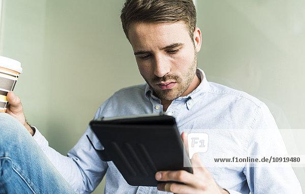 Junger Mann mit digitalem Tablett