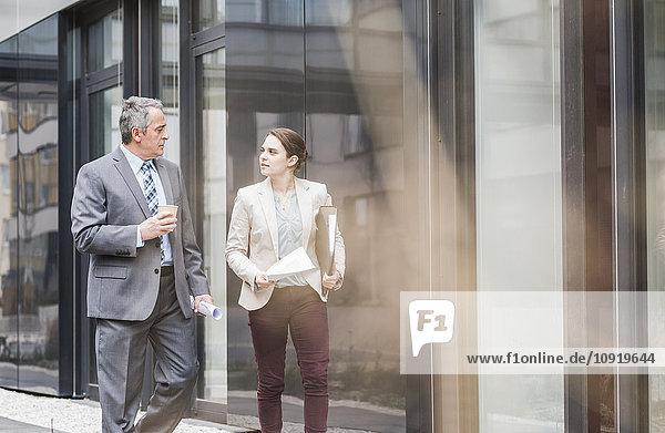Senior Geschäftsmann und junge Geschäftsfrau im Gespräch