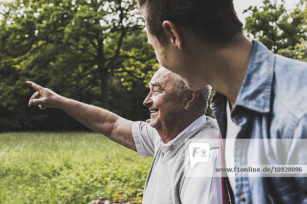 Glücklicher Großvater und Enkel in der Natur