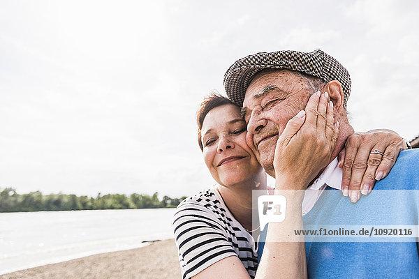 Glücklicher älterer Mann und seine Tochter von Kopf bis Fuß