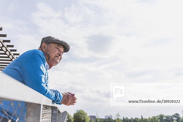 Älterer Mann schaut in die Ferne