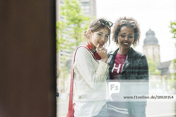 Zwei junge Frauen im Schaufenster