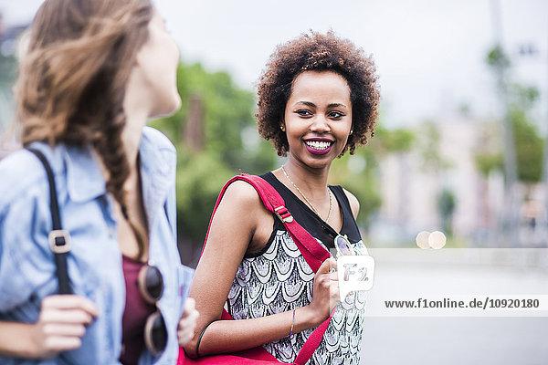 Porträt einer lächelnden Frau  die ihren Freund ansieht.