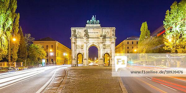Deutschland  Bayern  München  Siegestor bei Nacht