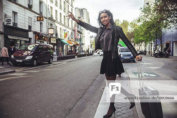 Frankreich  Paris  junge Frau beim Taxifahren