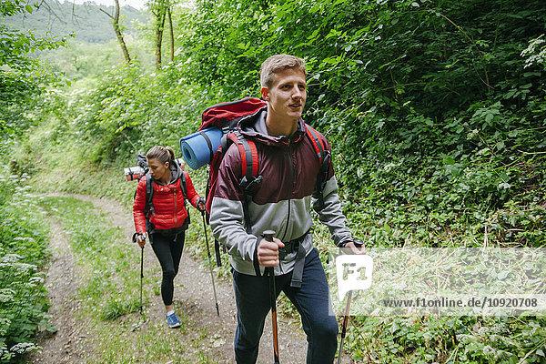 Serbien  Rakovac  junges Paar beim Wandern