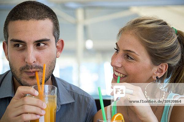 Paar im Außencafé
