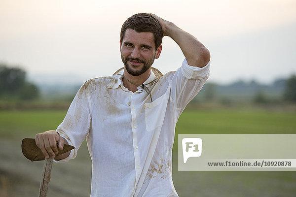 Porträt eines lächelnden jungen Mannes auf dem Land