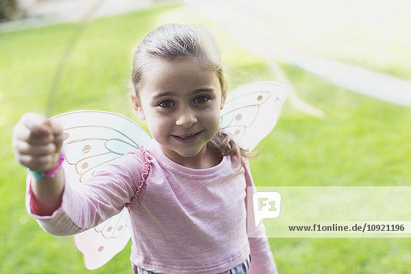 Portrait lächelndes Mädchen in Feenflügeln