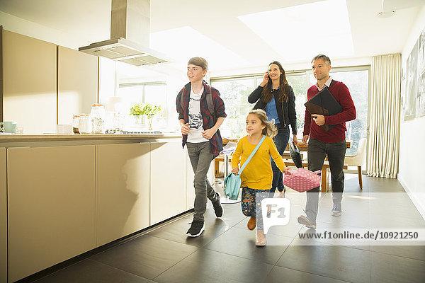 Die Familie rennt morgens aus dem Haus.