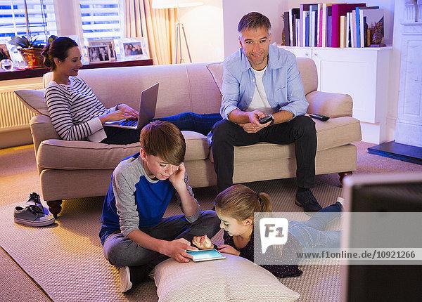 Familienerholung mit Technik im Wohnzimmer