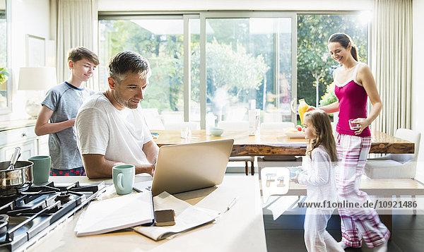Familie in der Küche beim Frühstück