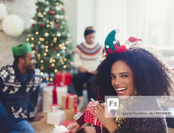 Portrait begeisterte Frau mit Weihnachtsgeschenk