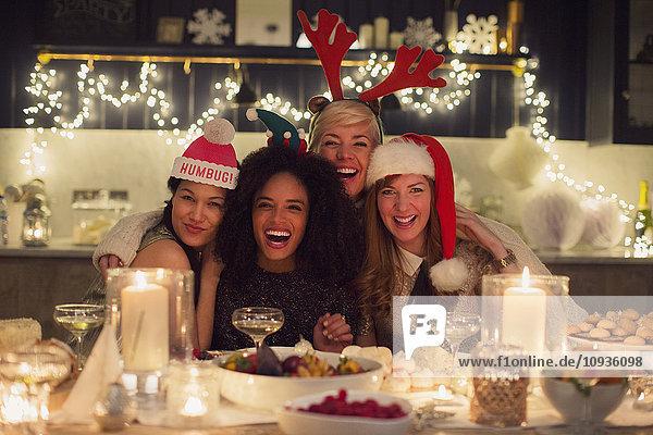 Portrait begeisterte Freunde beim Weihnachtsessen
