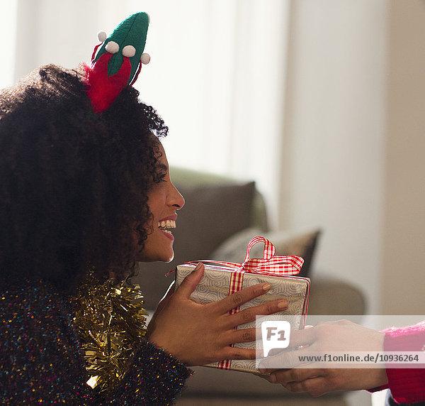 Enthusiastische Freundin erhält Weihnachtsgeschenk vom Freund