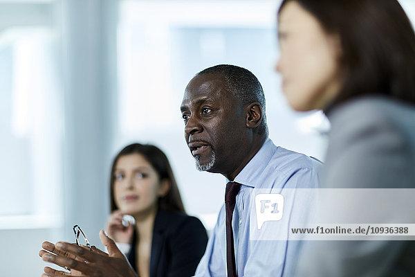 Ein seriöser Geschäftsmann spricht in einem Meeting