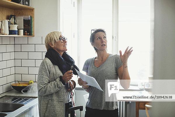Industriedesigner erklärt dem Kollegen in der heimischen Küche das Projekt
