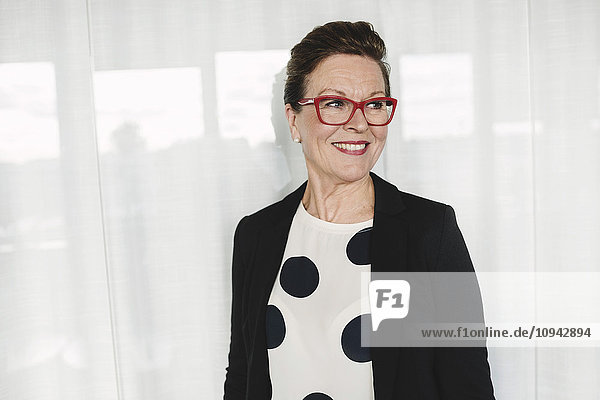 Zuversichtlich lächelnde Geschäftsfrau im Amt