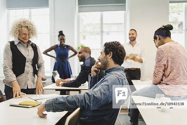 Schüler und Lehrer lachen im Sprachunterricht