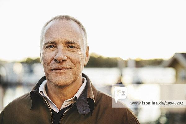 Porträt eines selbstbewussten älteren Mannes im Freien