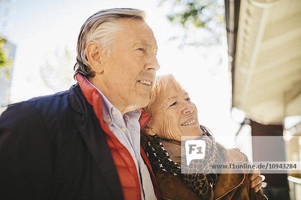 Glückliches älteres Paar steht vor dem Musiktheater