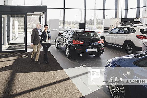 Senior Mann und Frau beim Betreten des Autohauses