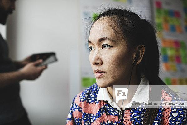 Nahaufnahme einer Geschäftsfrau mit Kopfhörer