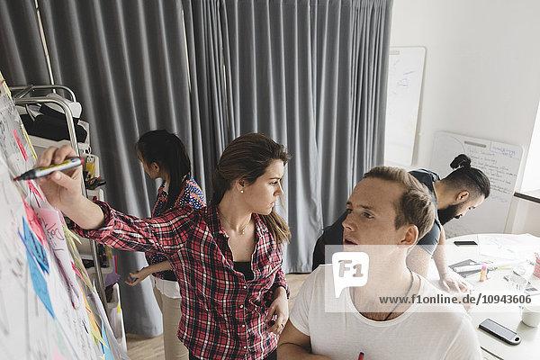 Großer Blickwinkel auf die Planung von Geschäftsleuten im Vorstandszimmer des Kreativbüros