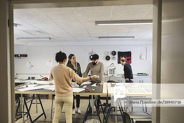 Ingenieure bei der Planung und Bearbeitung von Projekten im Kreativbüro