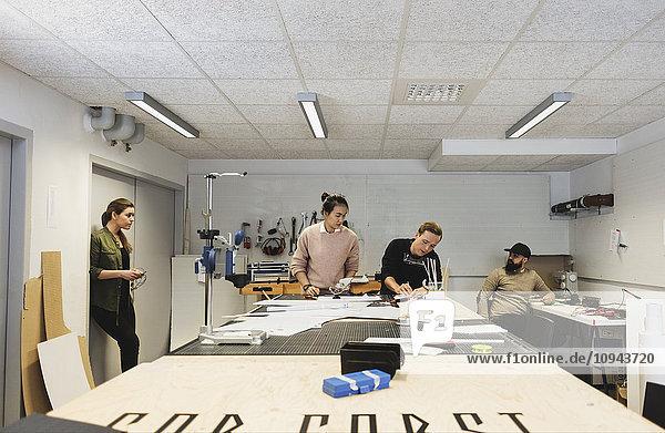 Ingenieure arbeiten am Tisch im Kreativbüro