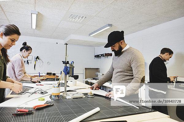 Ingenieure arbeiten am Schreibtisch in der Werkstatt im Kreativbüro