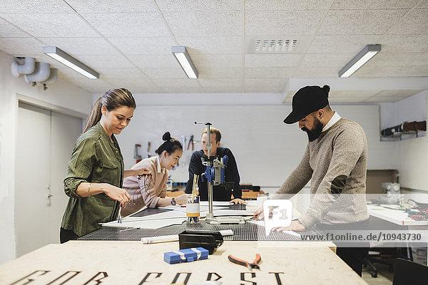 Geschäftsleute arbeiten auf dem Tisch in der Werkstatt im Kreativbüro