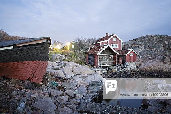Bootshaus am felsigen Ufer gegen den Himmel