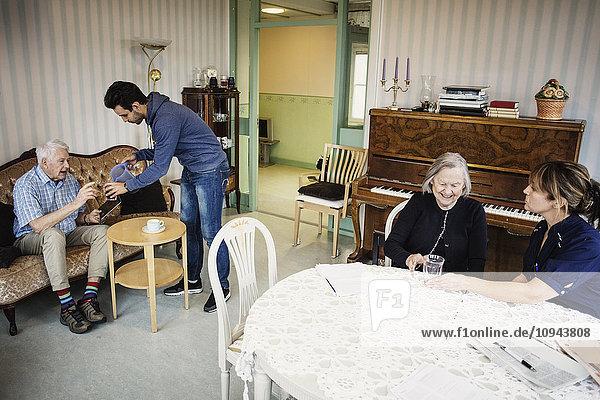 Betreuerinnen und Betreuer für Senioren im Pflegeheim